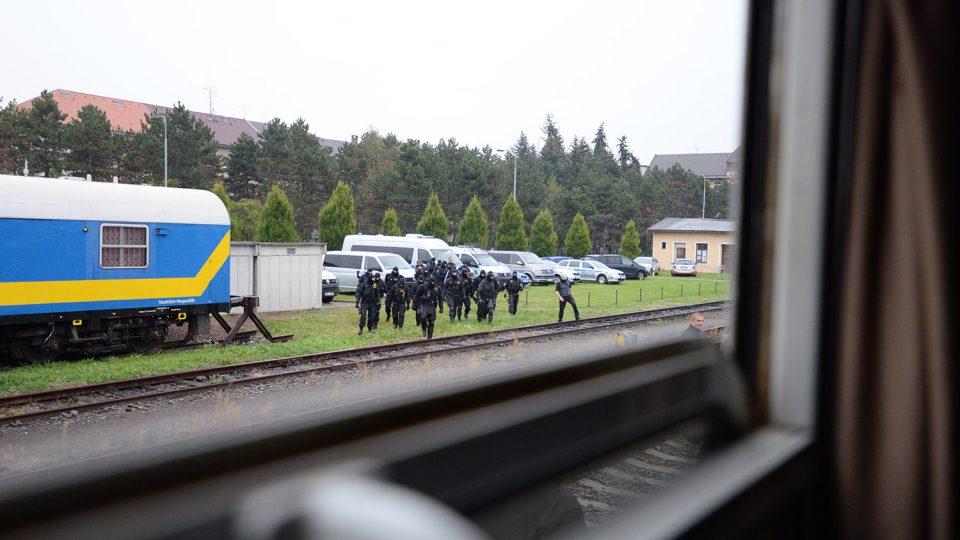 Policejní jednotka se blíží k vlaku, který je obsazen ozbrojenými útočníky