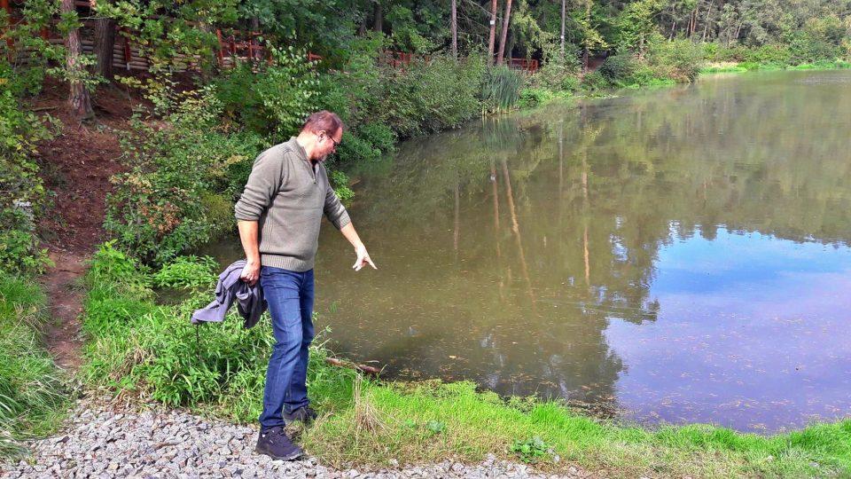 Místostarostu Třemošné Petr Žižka potěšila informace hygienická stanice, že voda vytékající ze skály je bez těch stopových prvků, čili je to velmi čistá voda