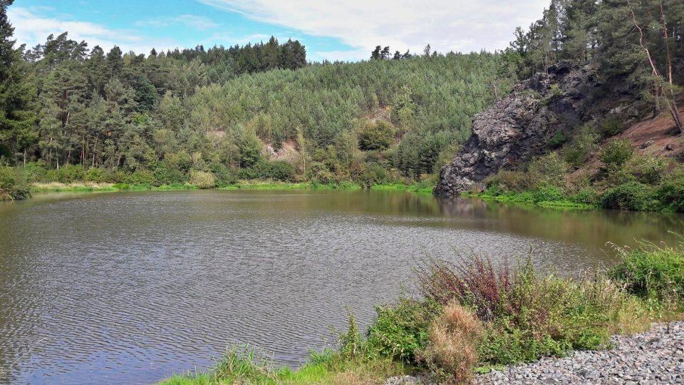 Stezka, která představuje nejen samotný rybník, ale také krajinu kolem, prochází pod skalou zvanou Kvočna a vede až k prameni pod lesem. Součástí naučné stezky tak bude i studánka