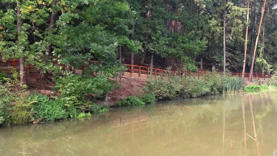 Rybník vznikl na místě nevyužívané podmáčené louky. Vodní hladinu obklopují lesnaté a skalnaté svahy a po jedné straně teď vede nová stezka. Lemuje ji bytelné dřevěné zábradlí, informační cedule, lavičky a je vysypaná drobným štěrkem