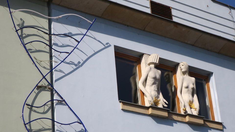 Fasádu domu nedaleko mariánského sloupu zdobí plastiiky sochaře Olbrama Zoubka