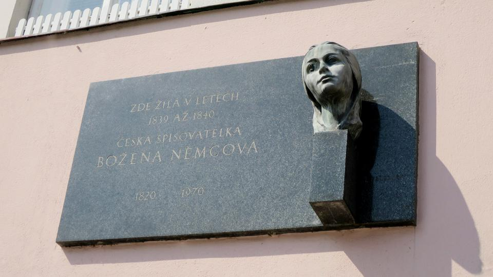 Na litomyšlském náměstí žila celá řada slavných osobností, například Božena Němcová, Alois Jirásek, Julius Mařák nebo Tereza Nováková