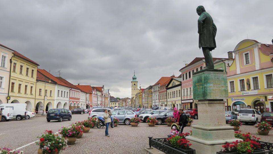 Socha Bedřicha Smetany stojí na Smetanově náměstí v Litomyšli od roku 1924