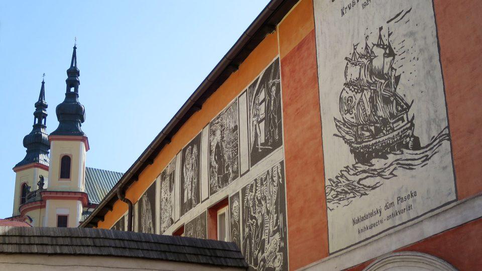 V roce 1998 vytvořili studenti restaurátorské školy v Litomyšli na fasádě domu čp 127 sgrafita na motivy Krvavého románu Josefa Váchala