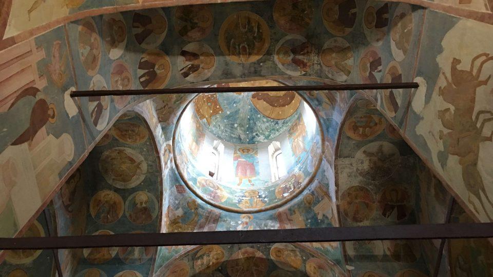 Pravoslavné fresky na zdech chrámu vytvořil středověký mistr Dionisij se svými syny