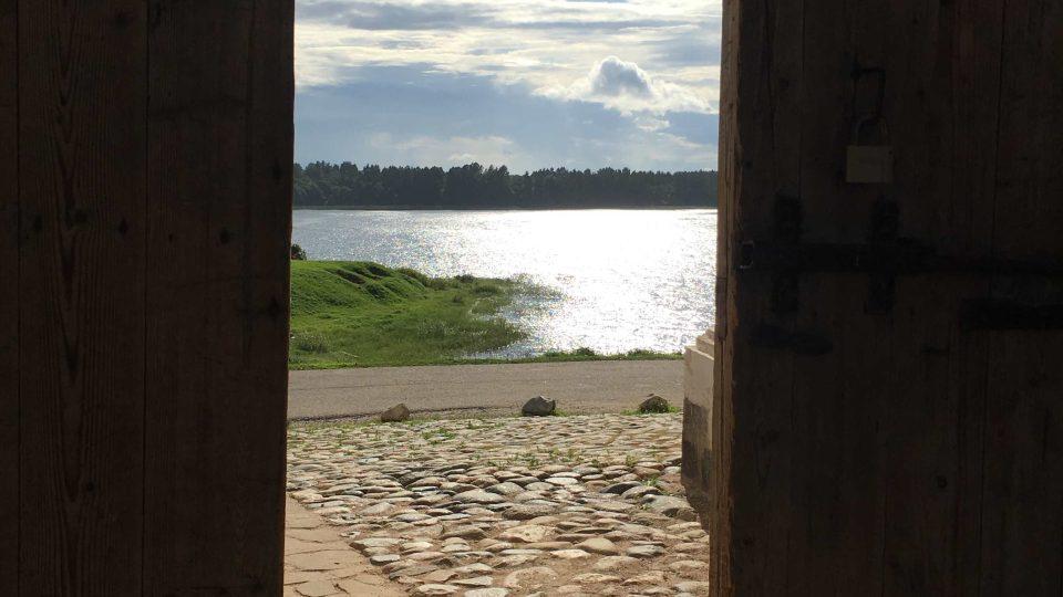 Z areálu kláštera je krásný výhled na Bílé jezero