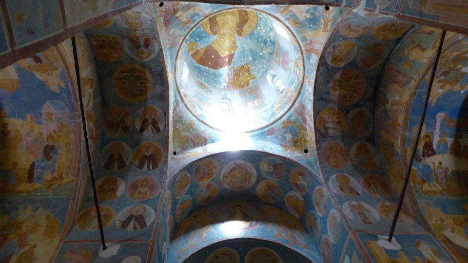 Fresky mistra ruské středověké ikonografie Dionisije v chrámu Narození Bohorodičky ve Ferapontově klášteře