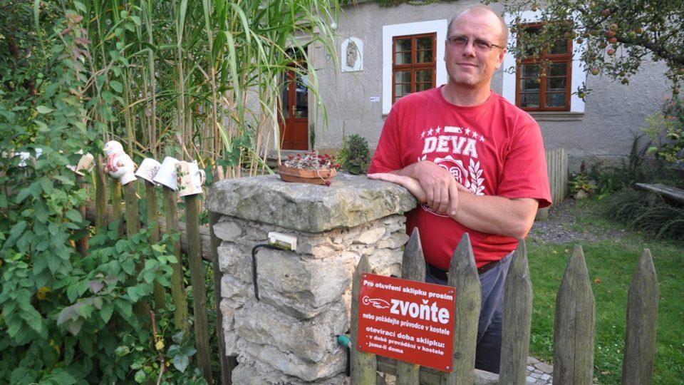 David Smyčka vítá hosty na bývalé faře