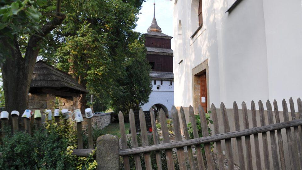 Kostel, zvonice a fara tvoří malebný střed vesnice Semanín