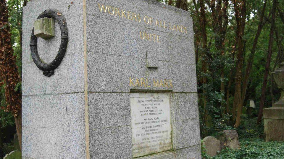 Památník Karla Marxe na londýnském hřbitově nejde přehlédnout