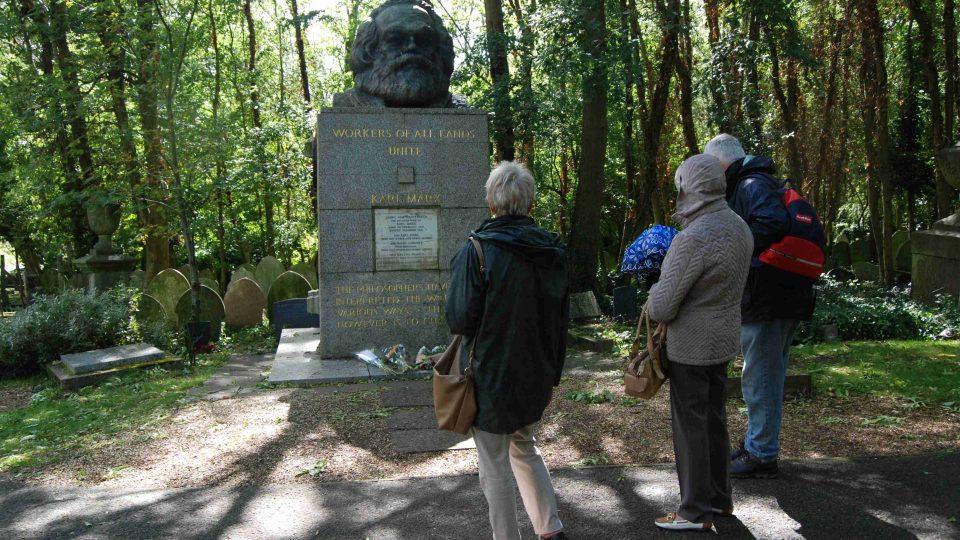 Někdo k Marxovu hrobu zabloudí náhodou, jiný ze zvědavosti a někteří s obdivem