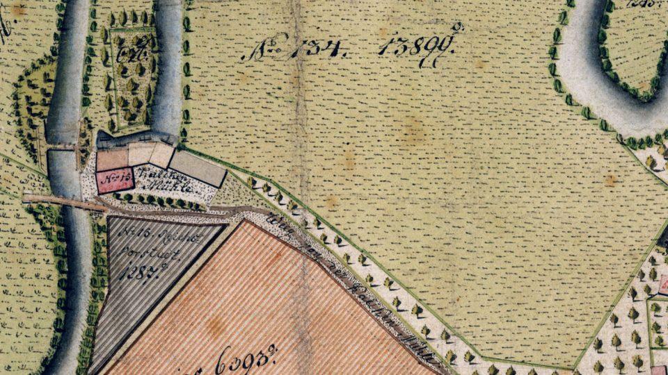 Kalikovský mlýn ve skutečnosti stál uprostřed polí a zahrad poměrně daleko za okrajem tehdejšího města, ale i předměstské zástavby (výřez z plánu Plzně z roku 1821)
