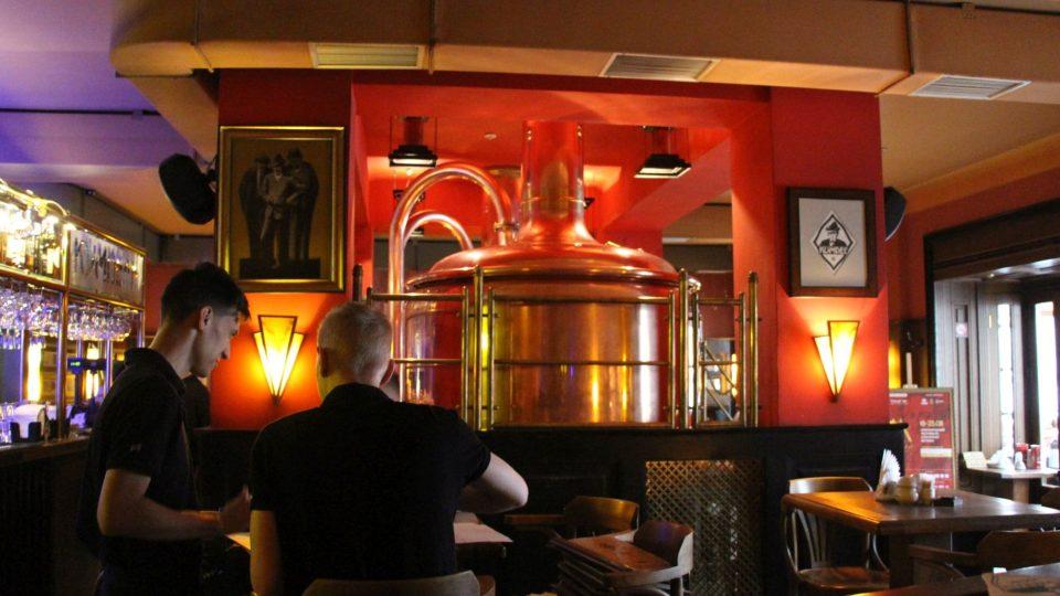 Interiéru restaurace Kumpel dominuje domácí minipivovar
