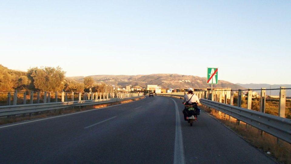 Jízda po dálnici v Albánii