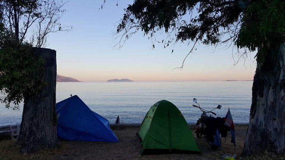 Kempování na pláži Jónského moře v Albánii