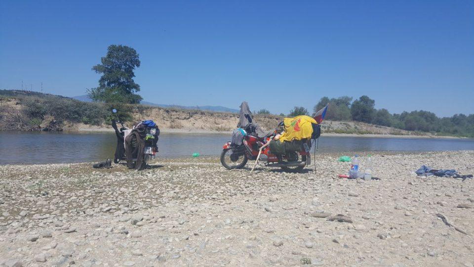 Praní a sušení prádla na břehu řeky v Mekedonii