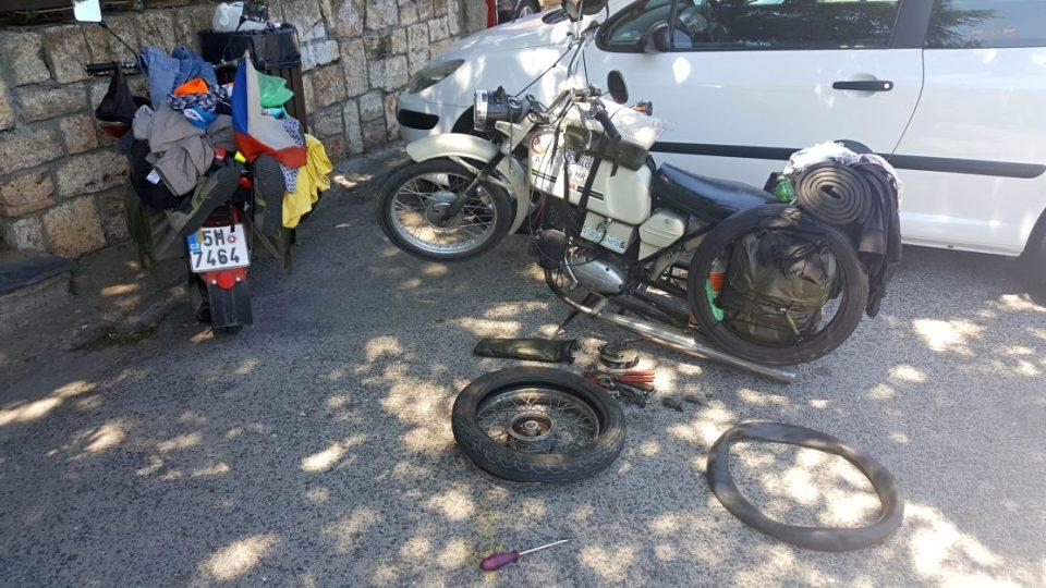 Oprava píchlého kola v Makedonii