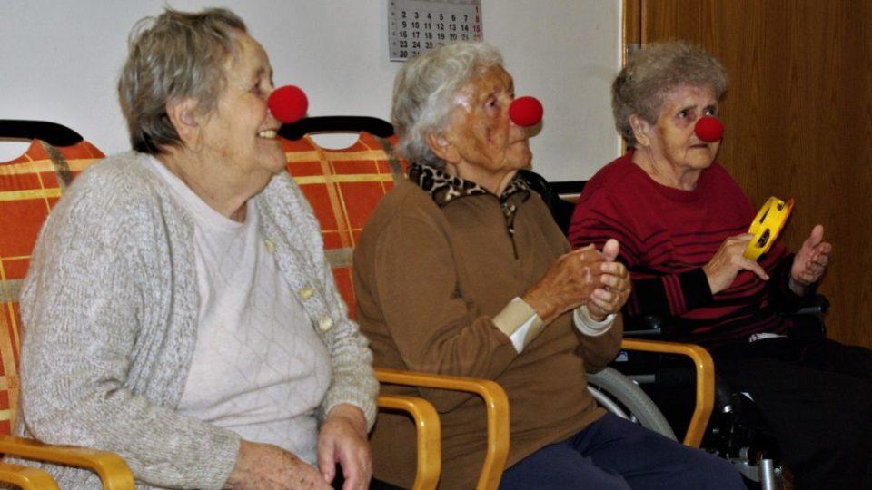 Babičky v Domově pro seniory v Jičíně při návštěvě zdravotních klaunek
