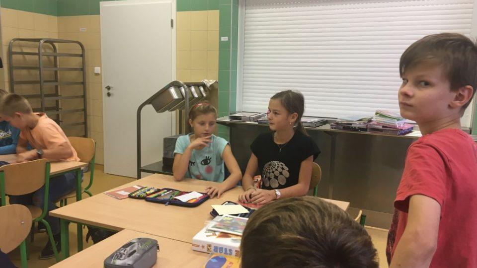 Výuka na chodbě nebo v jídelně. O základní školu v Podbřezí je mezi rodiči i žáky velký zájem