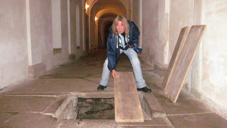 Vchod do podzemí je z klášterní chodby, která zůstala jako jediná dochovaná z původního klášterního komplexu