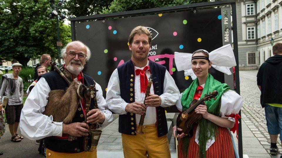 Historické hudební nástroje ze sbírek Národopisného oddělení Západočeského muzea v Plzni, kterým se v rámci pořadu vrátil život po více než 100 letech