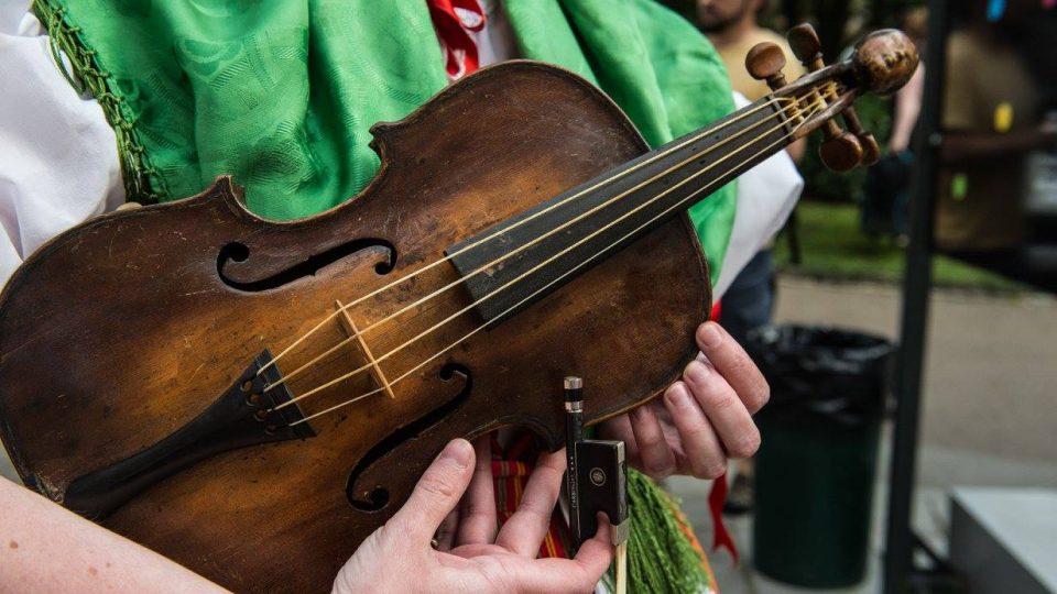 Krátké 4 strunné housle z poloviny 19. století
