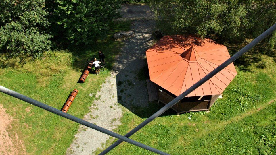 Pohled z rozhledny k odpočinkovému pavilonku u paty věže