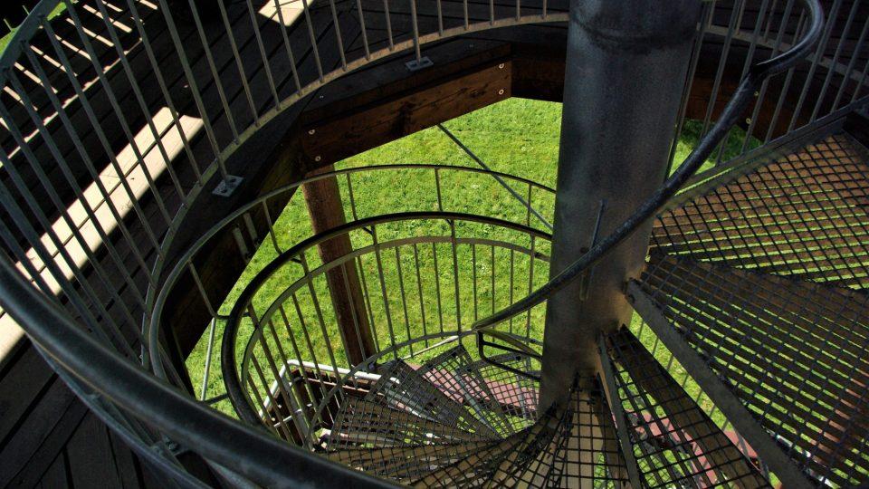 Točité kovové schodiště na dřevěné rozhledně Na Signálu