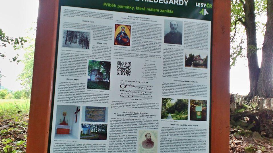 Celý příběh kaple sv. Hildegardy, památky, která málem zanikla, se lidé dočtou i na informačním panelu, který je hned vedle kapličky spolu s venkovním posezením
