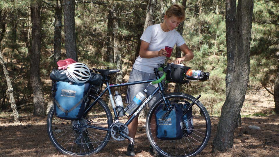 Nabalené dámské kolo bez jezdce má něco přes 30 kilogramů
