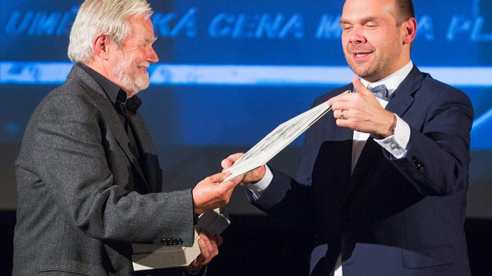 Ivan Slabý získal cenu pro mecenáše kultury, a to za investování nemalého úsilí, času, nápadů i vlastních peněz do propagace jazzu z rukou prvního náměstka primátora Martina Baxi