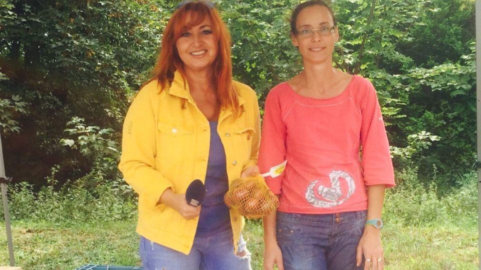 Blanka Malá a Vlasta Kejklíčková z Plotišť, která cibuli pěstuje na rodinné farmě
