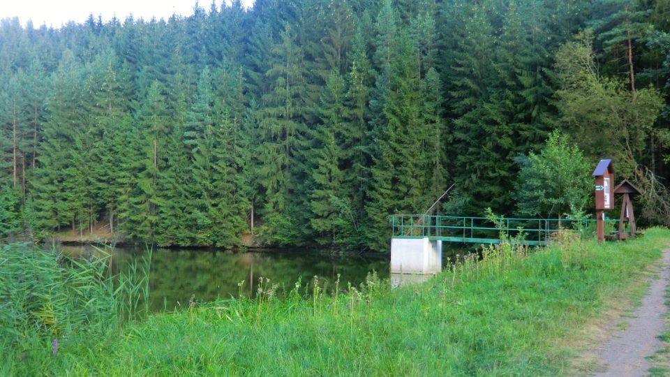 Hráz rybníky, kde stál mlýn s odplaveným dítětem