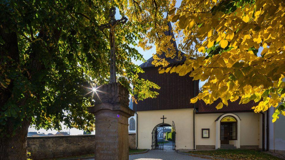 Vchod na hřbitov a ke kostelu přes barokní zvonici