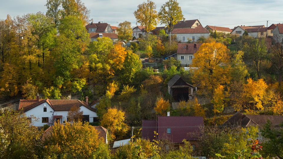 Domy střídají stromy, Dolní Újezd je součástí přírody
