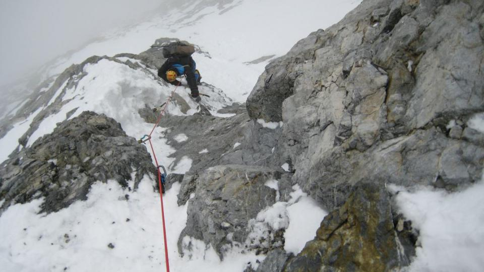 Dvěma českým horolezcům, Markovi Holečkovi a Zdeňku Hákovi, se podařila zcela unikátní věc, která se zapsala do dějin světového horolezectví. Prvovýstup jihozápadní stěnou osmitisícovky Gasherbrum I.