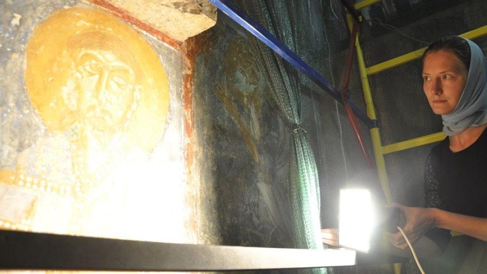 Průvodkyně Irina Ivanovská u fresky svatého Václava