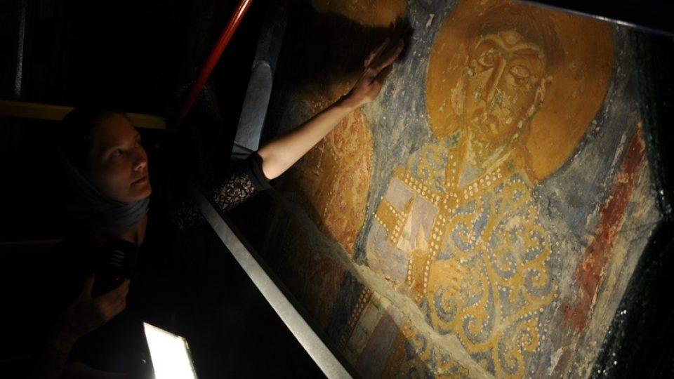 Irina Ivanovská ukazuje skrytý nápis vedle fresky svatého Václava