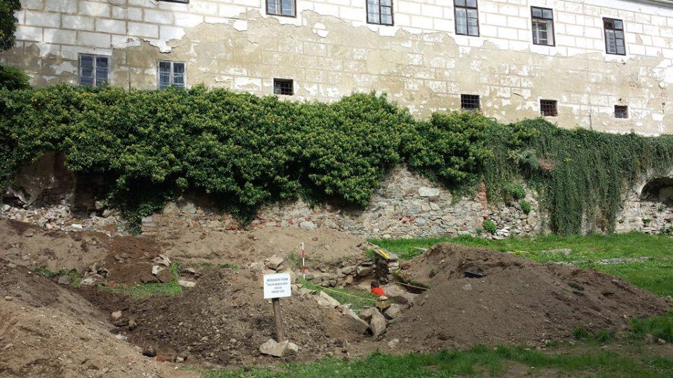 Pod vimperským zámkem pracují archeologové