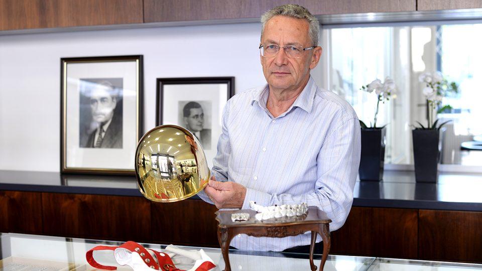 Zlatník Pavel Lejhanec s 69. Zlatou přilbou těsně před kompletací