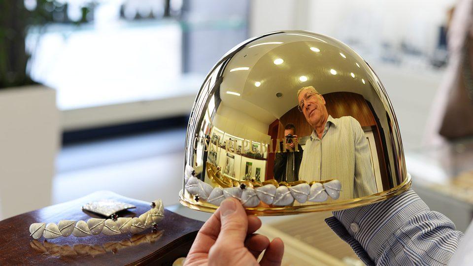 Klenotník Pavel Lejhanec přikládá ke Zlaté přilbě stříbrné ratolesti zdobené českými granáty