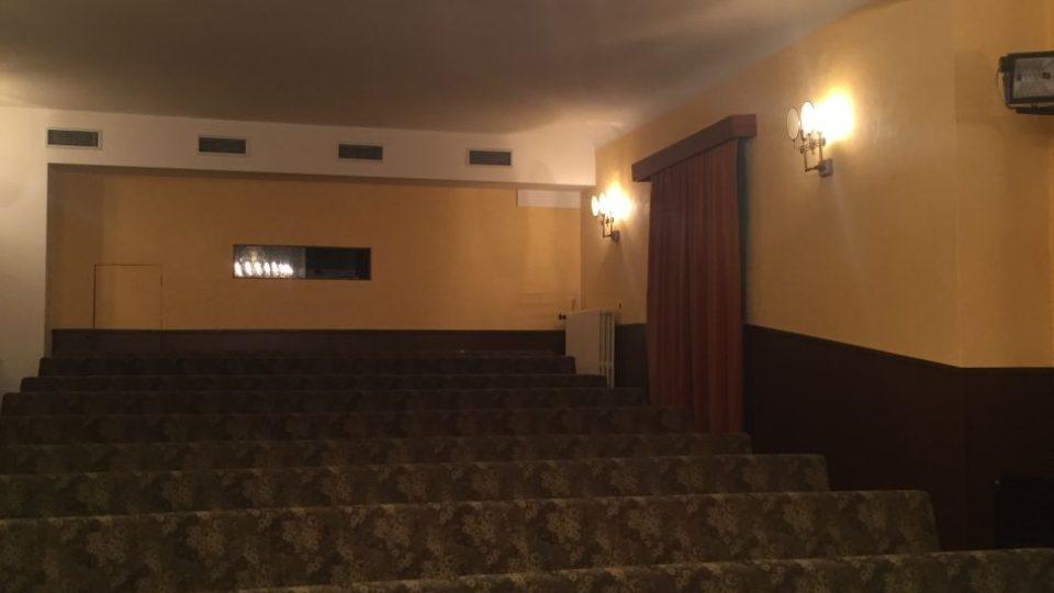 Křišťálový lustr, který visí v hledišti loutkového divadla, je lustr, se jako jedna z mála věcí po Malburgových dochoval.
