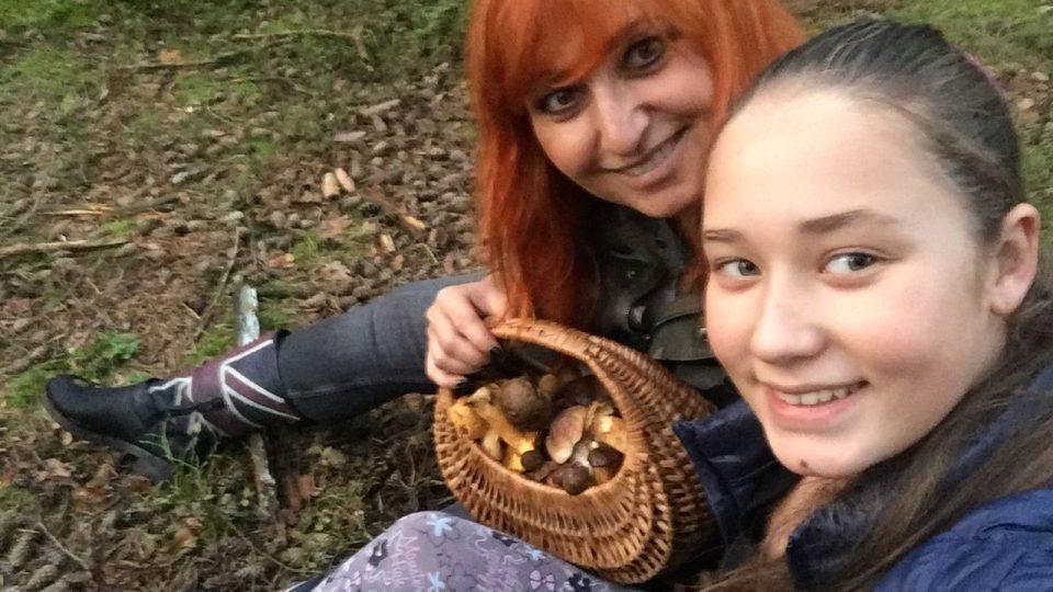 Jusytýna Anna nejenže pilně sbírala, ale i krájela a s maminkou Blankou Malou, se těšila na houbový pekáček!