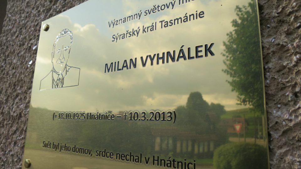 Pamětní deska na škole v Hnátnici připomíná příběh rodáka Milana Vyhnálka