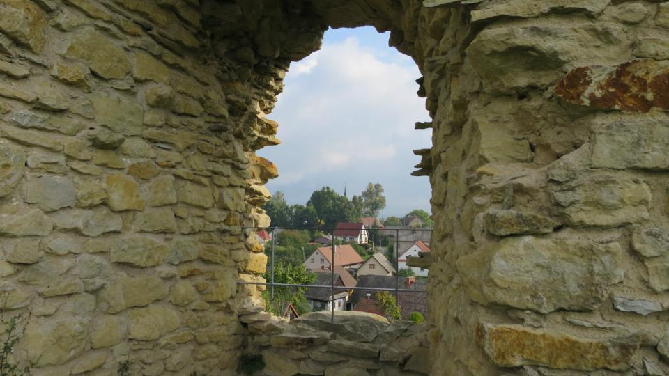 Pohled ze zříceniny hradu Lanšperk na stejnojmennou obci