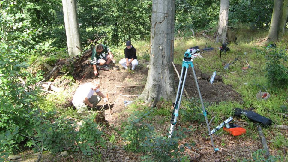 Archeologové při výzkumu bezejmenného středověkého hradu poblíž Lanšperka v roce 2009