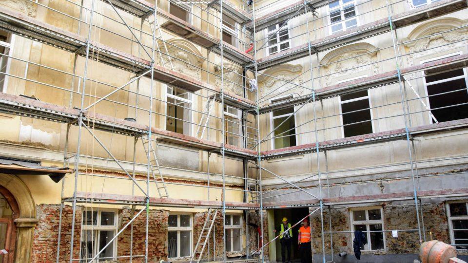 Rekonstukce Knurrova paláce bude hotová v srpnu příštího roku