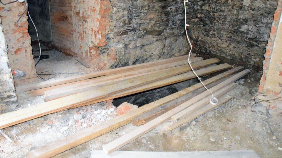 Studnu našli dělníci pod vrstvou betonu v místnosti, kde se původně skladovala zelenina