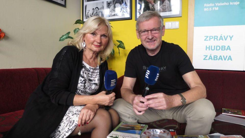 Lékař a cestovatel MUDr. Ladislav Hanousek v radioklubu s Ladou Klokočníkoovu