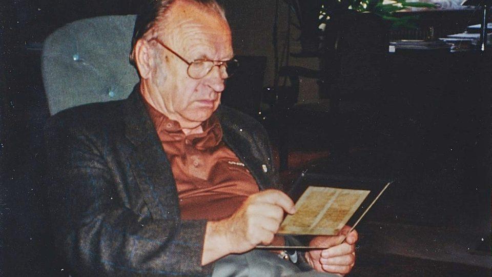 Ing. Jirí Čejka zkoumá záhadné bílé skvrny na rukopisu v roce 1992
